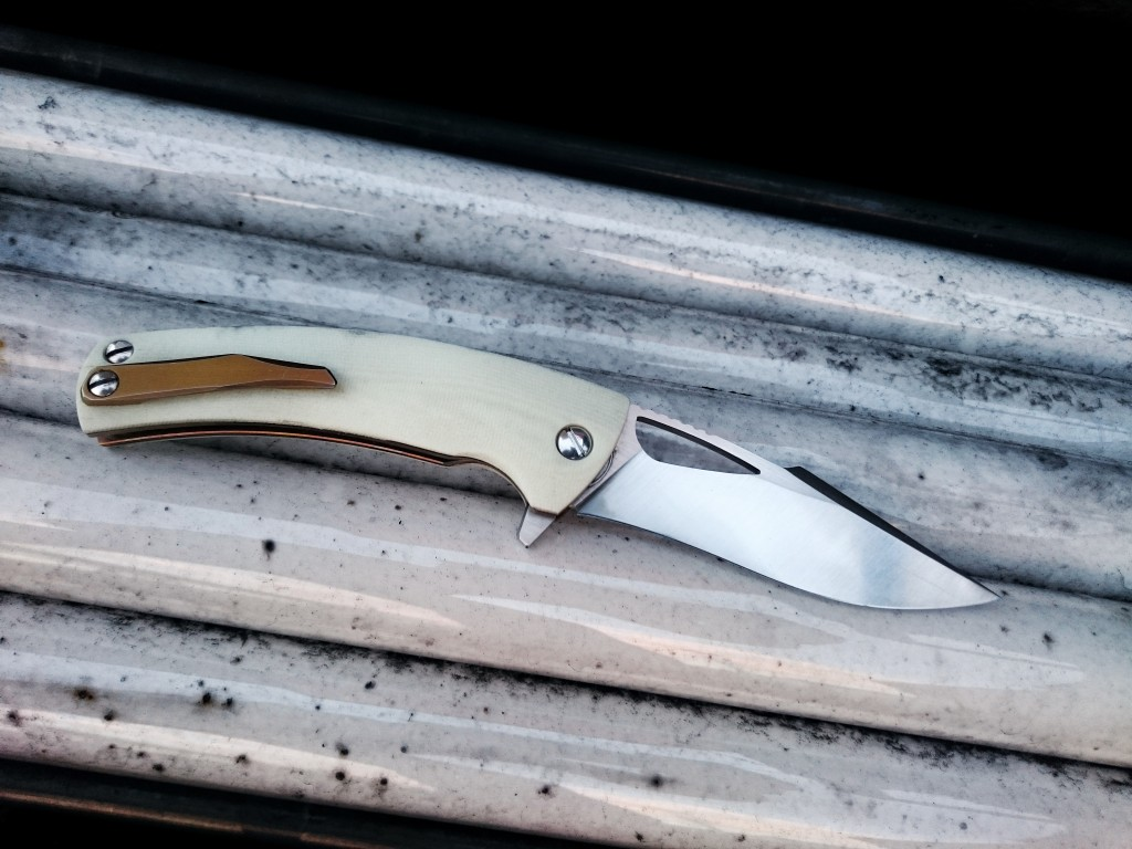Kyre elegant with white G10, recurve blade, titanium clip and ceramic detent